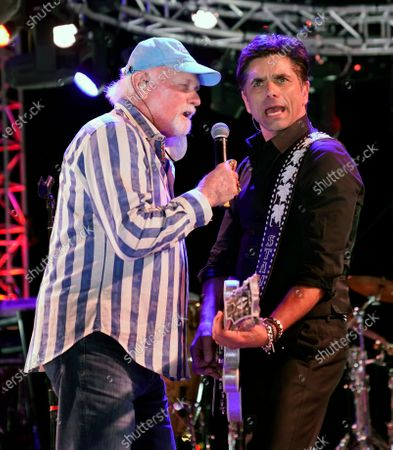 Stock-foto afMike Love, left, of The Beach Boys, performs alongside guest member John Stamos during the Concerts In Your Car series at the Ventura County Fairgrounds, in Ventura, Calif