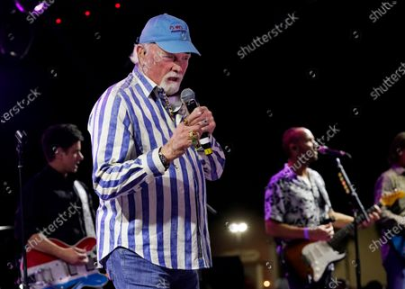 Stock-billede af Mike Love of The Beach Boys performs during the Concerts In Your Car series at the Ventura County Fairgrounds, in Ventura, Calif