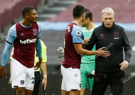 West Ham's Manager David Moyes (R) greets  his players after the English Premier League match between West Ham United and Manchester City in London, Britain, 24 October 2020.