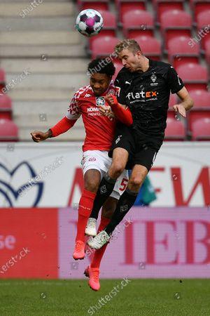 Jean-Paul Boetius (L) of FSV Mainz 05 vies for a header with Christoph Kramer of Borussia Moenchengladbach during a German Bundesliga football match between Borussia Moenchengladbach and FSV Mainz 05 in Mainz, Germany, Oct. 24, 2020.