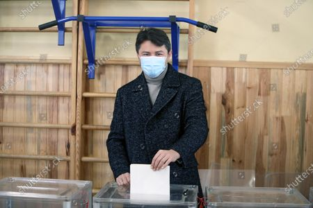 Kyiv city head hopeful, Ukrainian TV presenter and actor Serhiy Prytula puts his ballot into a box at a polling station during voting in the 2020 Ukrainian local elections, Kyiv, capital of Ukraine.
