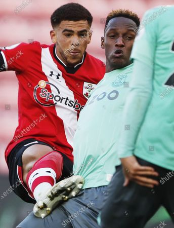 Che Adams (L) of Southampton in action against Yerry Mina of Everton during the English Premier League match between Southampton and Everton in Southampton, Britain, 25 October 2020.