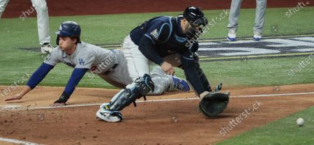 Arlington, Texas, Saturday, October 24, 2020 Los Angeles Dodgers shortstop Corey Seager (5) scores on a fifth inning single by Max Muncy in game four of the World Series at Globe Life Field. (Robert Gauthier/ Los Angeles Times)