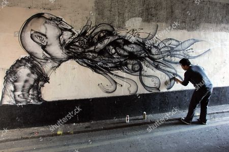 David Choe Artist And Graffiti Specialist At Work In Soho Prior To An Exhibition Of His Work Picture By Glenn Copus
