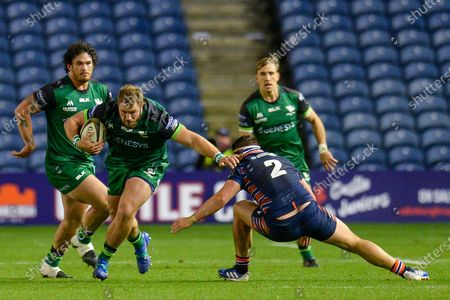 Paddy McAllister (#17) of Connacht Rugby looks to sidestep the tackle of Mike Willemse (#2) of Edinburgh Rugby during the Guinness Pro 14 match between Edinburgh Rugby and Connacht Rugby at BT Murrayfield, Edinburgh的庫存圖片