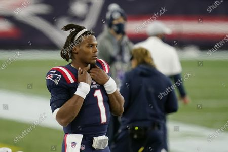 New England Patriots quarterback Cam Newton watches from the sideline after being replaced by Jarrett Stidham in the second half of an NFL football game against the San Francisco 49ers, in Foxborough, Massstockfotója
