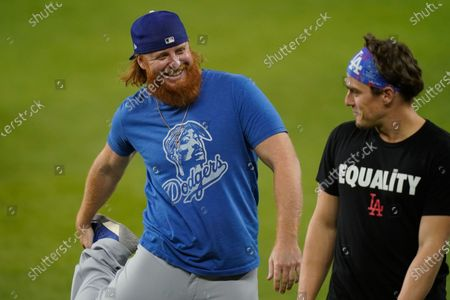 Los Angeles Dodgers third baseman Justin Turner, left, and second baseman Enrique Hernandez warm up during batting practice before Game 5 of the baseball World Series against the Tampa Bay Rays, in Arlington, Texasstockfényképe