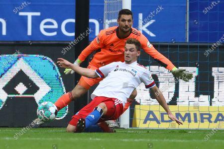 Hamburgs Moritz Heyer and Hamburgs Torwart Sven Ulreich beim Spiel zwischen dem Hamburger SV (HSV) vs. Würzburger Kickers in Hamburg