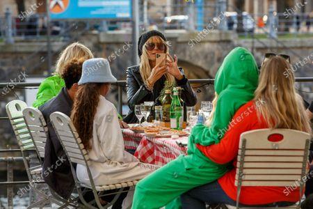 Erna Klum, Lou Sulola Samuel, Heidi Klum, Helene Leni Boshoven Samuel, Heidi Klum goes sightseeing with family in Berlin