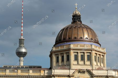Zdjęcie stockowe: Exterior view of the dome of the Humboldt Forum in the New Berlin City Palace next to the TV tower in Berlin, Germany, . In the summer of 2002 the German Bundestag passed a resolution to reconstruct the Berlin City Palace as the Humboldt Forum which will be opened partly late 2020