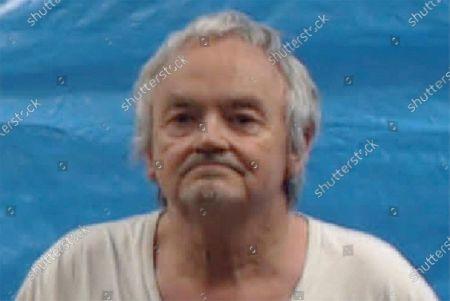 En la fotografía proporcionada por la cárcel del condado Roane se muestra a Michael Anthony Gray Sr., quien al igual que su esposa Shirley Ann Gray se declaró no culpable el lunes 26 de octubre de 2020 de decenas de cargos que incluyen el asesinato de una niña y el abuso a niños que la pareja había adoptado