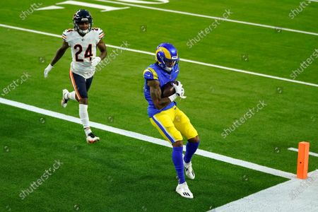 Los Angeles Rams wide receiver Josh Reynolds, right, make a touchdown catch in front of Chicago Bears cornerback Buster Skrine (24) during the first half of an NFL football game, in Inglewood, Calif