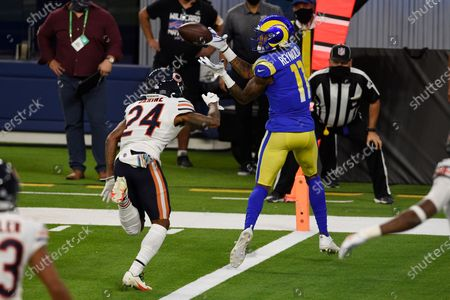 Los Angeles Rams wide receiver Josh Reynolds (11) makes a touchdown catch in front of cornerback Buster Skrine (24) during the first half of an NFL football game, in Inglewood, Calif