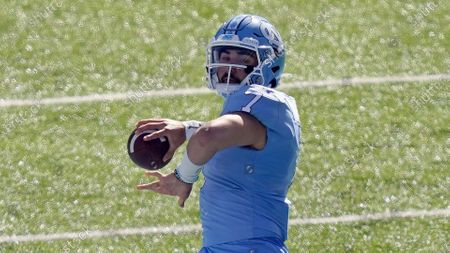 North Carolina quarterback Sam Howell (7) looks to pass against North Carolina State during the first half of an NCAA college football game in Chapel Hill, N.C의 스톡 이미지