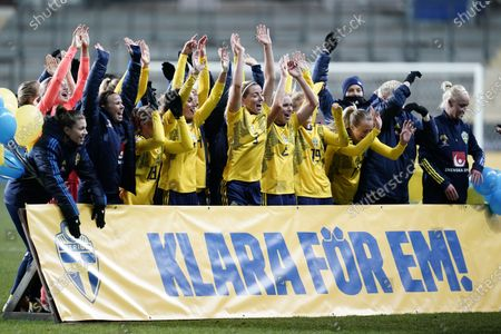 Sweden's team celebrates after victory against Iceland and is ready for European Championship games 2022 during Tuesday's European Championship qualifiers in football between Sweden and Iceland at Gamla Ullevi.. Photo Bjorn Larsson Rosvall / TT kod 9200 *SWEDEN OUT*