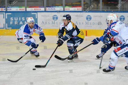 27.10.2020, Ambri, Stadio Valascia, National League: HC Ambri-Piotta - ZSC Lions, #13 Marco Mueller (Ambri) against #71 Fredrik Pettersson (ZSC)