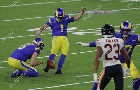Los Angeles Rams kicker Sam Sloman (1) kicks a field goal against the Chicago Bears in the first half at So-Fi Stadium on October 26, 2020 in Inglewood, California. The Rams cut him on Tuesday.(Gina Ferazzi / Los Angeles Times)stockfotója