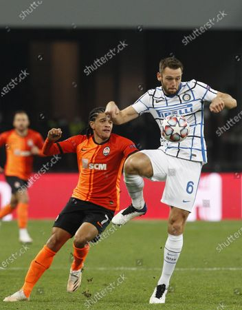 Taison (L) of Shakhtar and Stefan de Vrij (R) of Inter