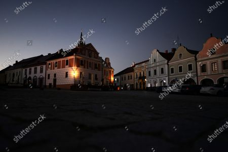 「Morning view on the empty square in Telc. The town in southern Moravia, near Jihlava, in the Czech Republic. Baroque houses with high gables and arcades, since 1992 all of this has been a UNESCO World Heritage Site.」のストックフォト