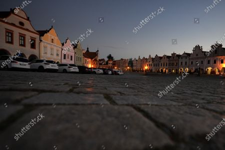 「Morning view on the empty square in Telc. The town in southern Moravia, near Jihlava, in the Czech Republic. Baroque houses with high gables and arcades, since 1992 all of this has been a UNESCO World Heritage Site.」のストック画像