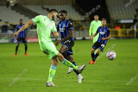 Foto de Lazio's Wesley Hoedt, left, shoots the ball next to Brugge's Emmanuel Dennis during the Champions League Group F soccer match between Brugge and Lazio at the Jan Breydel stadium in Bruges, Belgium