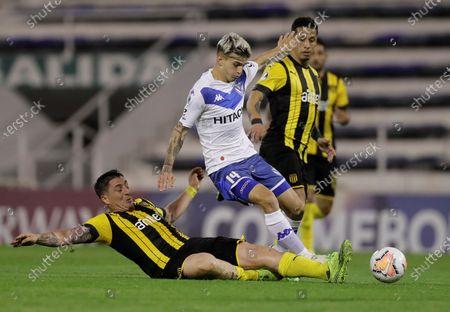 Luca Orellano (R) of Velez in action against Cristian Rodriguez (L) of Penarol during a Copa Sudamericana soccer match between Velez and Penarol at Estadio Jose Amalfitani in Buenos Aires, Argentina, 28 October 2020.