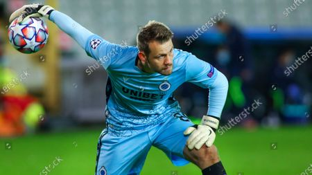 Stock obrázek na téma Brugge's goalkeeper Simon Mignolet plays the ball during the Champions League Group F soccer match between Brugge and Lazio at the Jan Breydel stadium in Bruges, Belgium