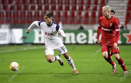 Simen Juklerod (R) of Antwerp in action against Erik Lamela of Tottenham during the UEFA Europa League group J match between Royal Antwerp and Tottenham Hotspur in Antwerp, Belgium 29 October 2020.