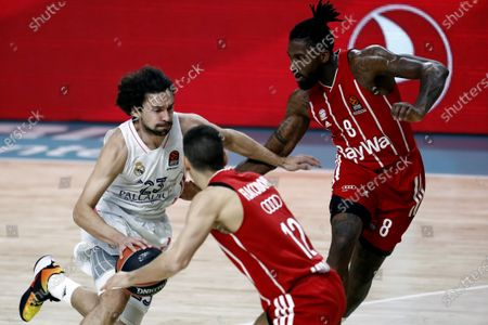 Real Madrid's guard Sergio Llull (L) in action against Bayern's center Jalen Reynolds (R) during the Euroleague basketball game between Real Madrid and FC Bayern Munich at Wizink Center in Madrid, Spain, 29 October 2020.: стоковое изображение