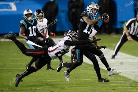 Stockfoto van Carolina Panthers wide receiver Robby Anderson is tackled by Atlanta Falcons cornerback Isaiah Oliver during the first half of an NFL football game, in Charlotte, N.C