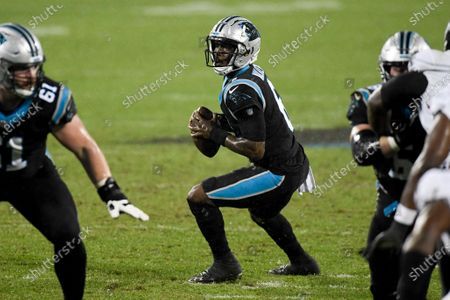 Stockafbeelding van Carolina Panthers quarterback P.J. Walker looks to pass against the Atlanta Falcons during the second of an NFL football game, in Charlotte, N.C