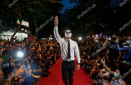 "Pro-democracy protesters perform on a mock ""red carpet"" fashion show billed as a counterpoint to a fashion show being held by one of the monarchy's princesses nearby in Bangkok, Thailand, . The protesters continued to gather Thursday, led by their three main demands of Prime Minister Prayuth Chan-ocha's resignation, changes to a constitution that was drafted under military rule and reforms to the constitutional monarchy 的库存照片"
