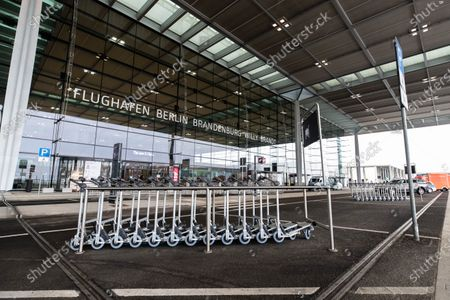 An exterior view shows the Terminal 1 of upcoming the BER Berlin Brandenburg Airport in Schoenefeld, Germany, 30 October 2020. The opening of BER airport is scheduled for 31 October 2020.的庫存照片