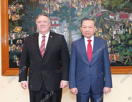 Secretary of State Mike Pompeo, left, and Vietnamese Minister of Public Security To Lam pose for a photo ahead of a meeting in Hanoi, Vietnam, Friday, 30, 2020. Pompeo wrapped up a five-nation, anti-China tour of Asia in Vietnam on Friday with a call for regional unity to counter Beijing's growing assertiveness, as the fierce American presidential election race entered its final stretch的庫存圖像