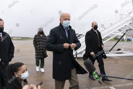 Obraz stockowy: Democratic presidential candidate former Vice President Joe Biden arrives to board his campaign plane at New Castle Airport in New Castle, Del., to travel to Des Moines, Iowa. Biden is holding rallies today in Des Moines, Iowa, Saint Paul, Minn., and Milwaukee, Wis