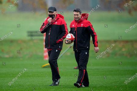 Wayne Pivac and Stephen Jones during training.의 스톡 이미지