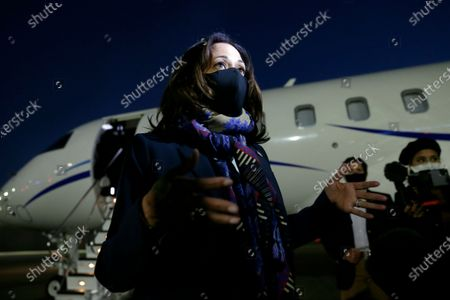 Stockbild von Vice Presidential candidate Kamala Harris speaks with reporters as she steps off the plane for a campaign stop at the University of Houston Friday, {monthname3.} 30, 2020, in Houston