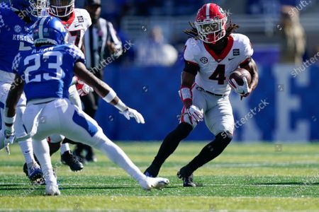 Georgia running back James Cook (4) runs with the ball during the first half of an NCAA college football game against Kentucky, in Lexington, Ky