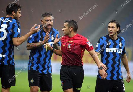 (L-R)Inter's players Andrea Ranocchia, Aleksandar Kolarov and Matteo Darmian talk to referee Marco Piccinini during the Italian Serie A soccer match FC Inter vs Parma Calcio at Giuseppe Meazza stadium in Milan, Italy, 31 October 2020.