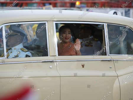 Thai King Maha Vajiralongkorn Bodindradebayavarangkun (2-R), and Thai Queen Suthida (R) with Princess Bajrakitiyabha Mahidol (C) and Princess Sirivannavari Nariratana (2-L) are greeted by supporters as they arrive at the Grand Palace for a Buddhist ceremony for the change of season decoration on the Emerald Buddha statue, in Bangkok, Thailand, 01 November 2020. Royalists gathered to show their support for the Thai King after the pro-democracy protesters held street protests calling for the monarchy reform.
