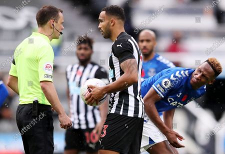 Referee Stuart Attwell (L) speaks to Callum Wilson (C) of Newcastle and Yerry Mina of Everton during the English Premier League soccer match between Newcastle United and Everton FC in Newcastle, Britain, 01 November 2020.