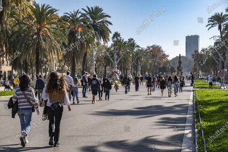 A large group of people walk along the Passeig dels Tilers of the Ciutadella park. The second wave of Covid19 infections has caused perimeter confinements by municipalities and provinces in Catalonia. Public parks, museums and beach areas have been today the only open areas to spend free time. Despite this, the Barcelona Urban Guard has had to intervene to ban volleyball on the beaches. Only the practice of individual sport is authorized.