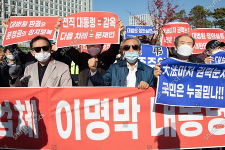 Supporters protesting against former South Korean president Lee Myung-bak's confirmation of his 17-year prison sentence protest in front of the Seoul Eastern Detention Center, which insists on Lee's innocence