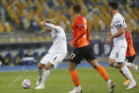 Moenchengladbach's Christoph Kramer scores his side's second goal during the Champions League, Group B, soccer match between Shakhtar Donetsk and Borussia Moenchengladbach at the Olimpiyskiy Stadium in Kyiv, Ukraine