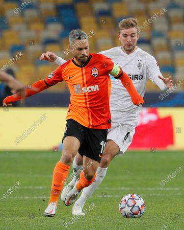 Christoph Kramer (R) of Borussia Moenchengladbach and Marlos (L) of Shakhtar Donetsk in action during the UEFA Champions League group B soccer match between FC Shakhtar Donetsk and VfL Borussia Moenchengladbach in Kiev, Ukraine, 03 November 2020.