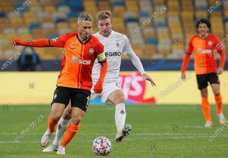 Christoph Kramer (C) of Borussia Moenchengladbach and Marlos (L) of Shakhtar Donetsk in action during the UEFA Champions League group B soccer match between FC Shakhtar Donetsk and VfL Borussia Moenchengladbach in Kiev, Ukraine, 03 November 2020.