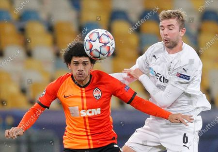 Christoph Kramer (R) of Borussia Moenchengladbach and Taison (L) of Shakhtar Donetsk in action during the UEFA Champions League group B soccer match between FC Shakhtar Donetsk and VfL Borussia Moenchengladbach in Kiev, Ukraine, 03 November 2020.