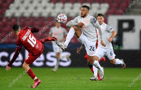 Bayern's Corentin Tolisso, center, and Salzburg's Zlatko Junuzovic challenge for the ball during the Champions League group A soccer match between RB Salzburg and Bayern Munich in Salzburg, Austria
