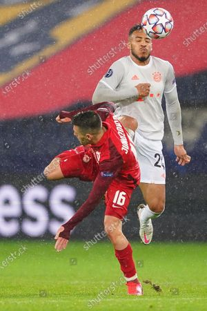 Salzburg's Zlatko Junuzovic in action against Bayern's Corentin Tolisso (R) during the UEFA Champions League Group A soccer match between RB Salzburg and FC Bayern Munich, in Salzburg, Austria, 03 November 2020.