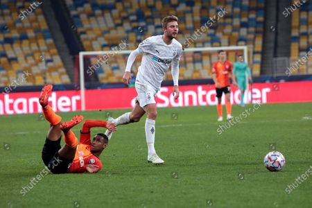 Midfielder Tete (L) of FC Shakhtar Donetsk and midfielder Christoph Kramer of Borussia Monchengladbach are seen in action during the UEFA Champions League Group B game at the NSC Olimpiyskiy, Kyiv, capital of Ukraine.